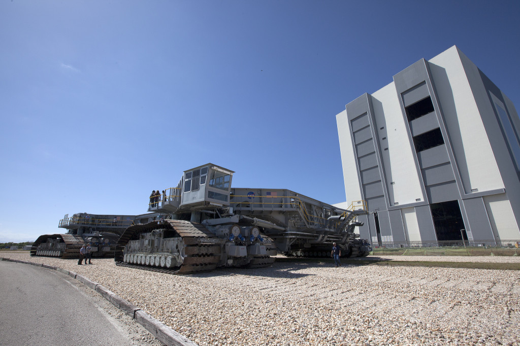 Crawler-transporter 2 begins its trek from the Vehicle Assembly Building to Launch Pad 39B at NASA's Kennedy Space Center.