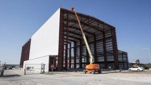 SpaceX installs the exterior skin on hangar at Launch Complex 39A