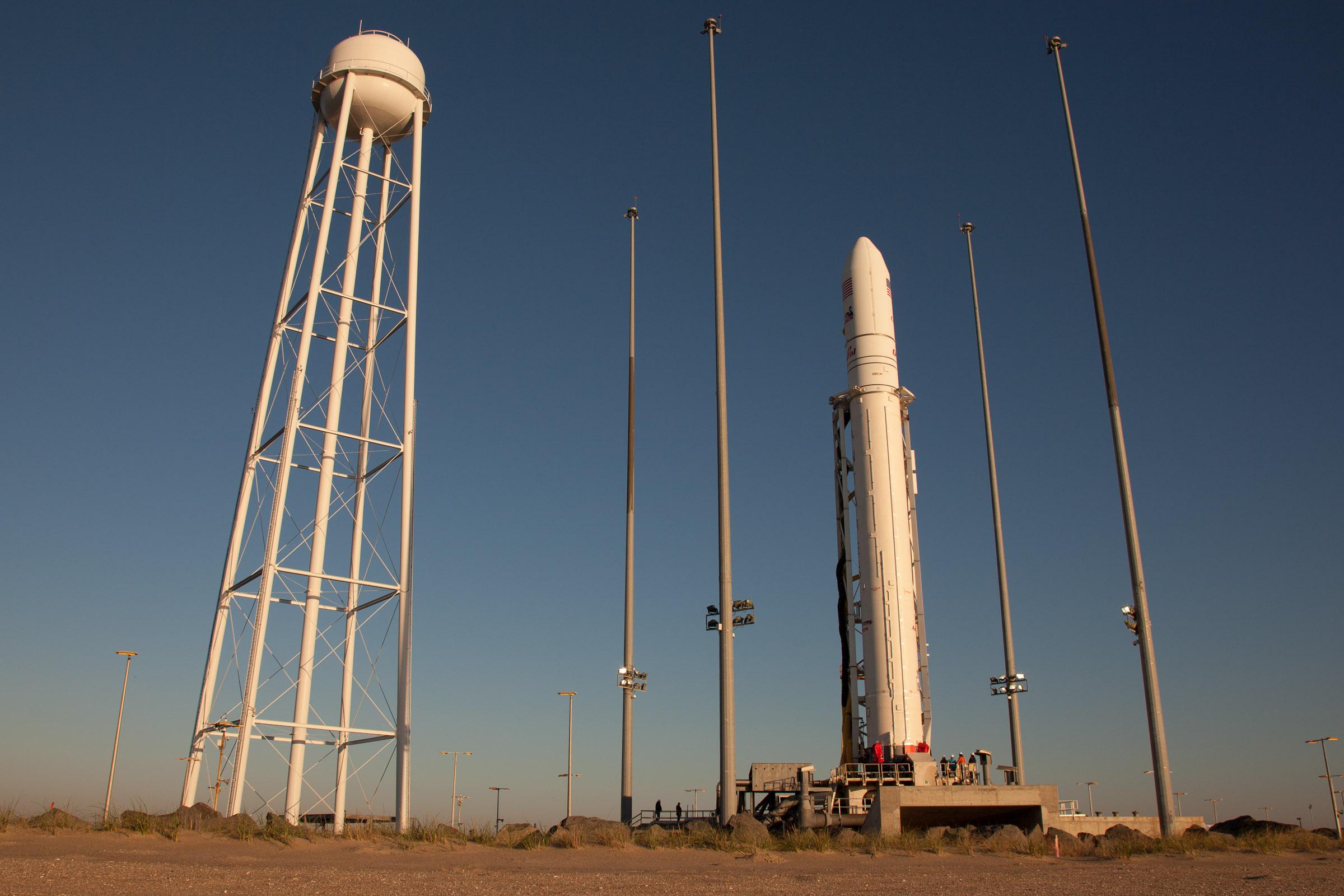 발사장에 기립해 있는 안타레스 로켓