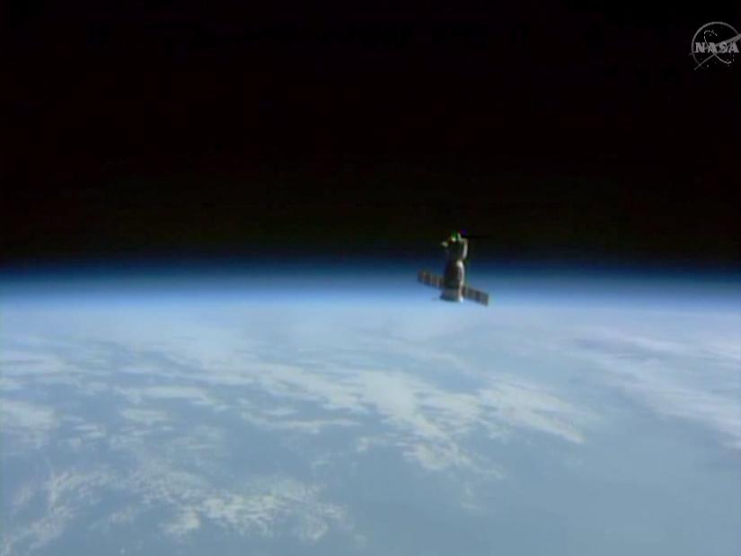 소유즈호가 지구의 가장자리를 지나가며