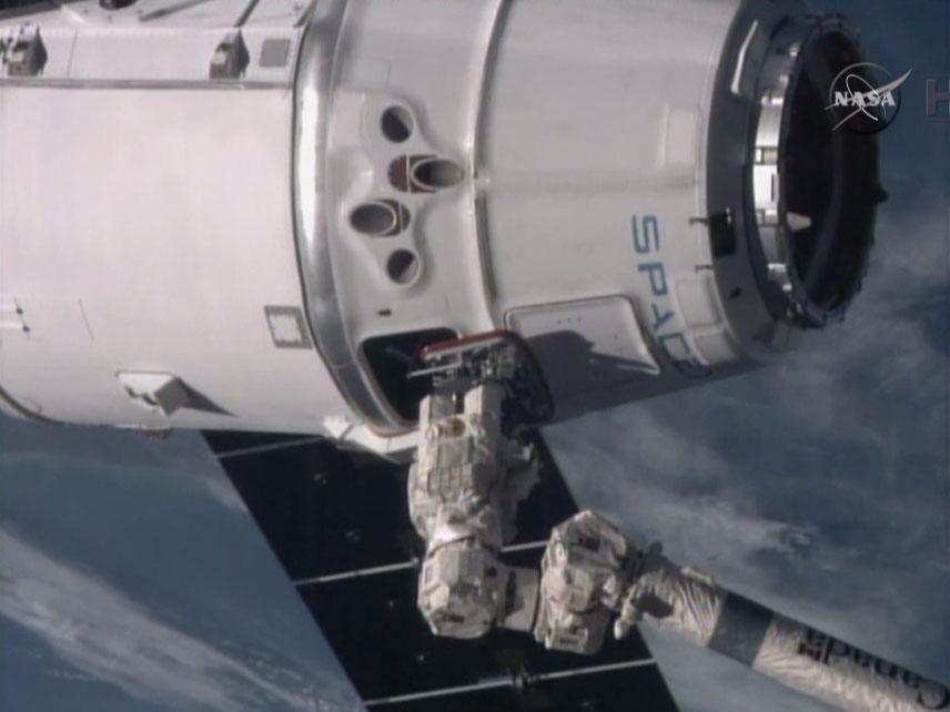 국제우주정거장 로봇팔이 드래곤을 잡다