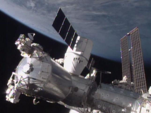 국제우주정거장에 안착한 드래곤 우주선