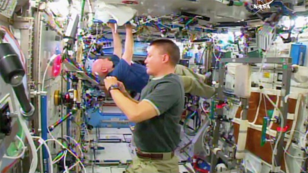 Station Crew Begins Week with Russian and U.S. Spacesuit Work