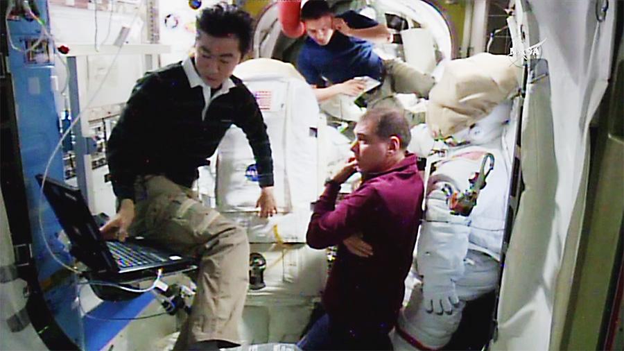 Kimiya Yui, Kjell Lindgren and Sergey Volkov