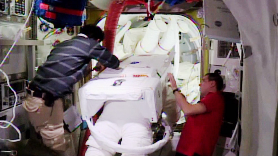 Spacewalkers Move into Airlock