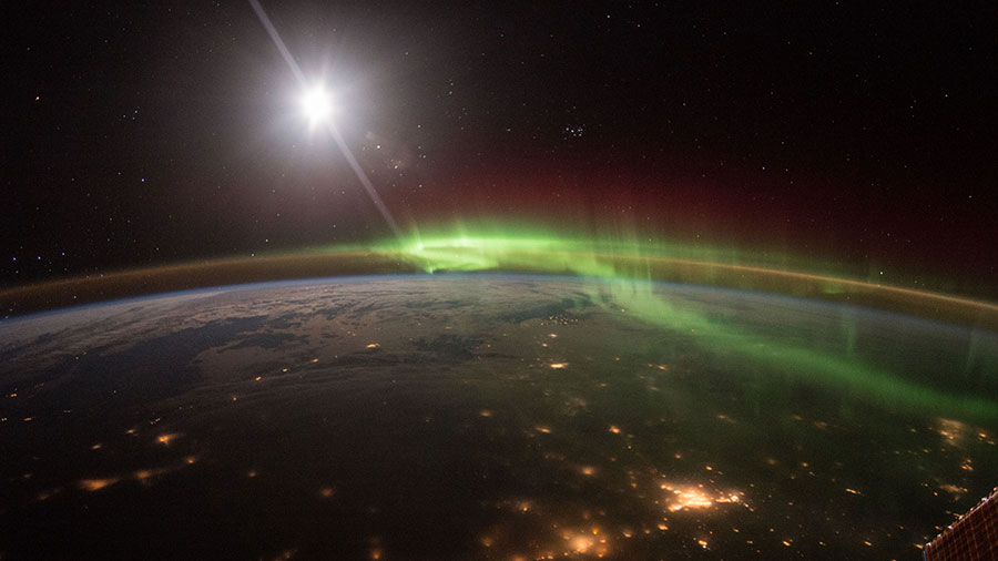 The Green and Red Hues of an Aurora
