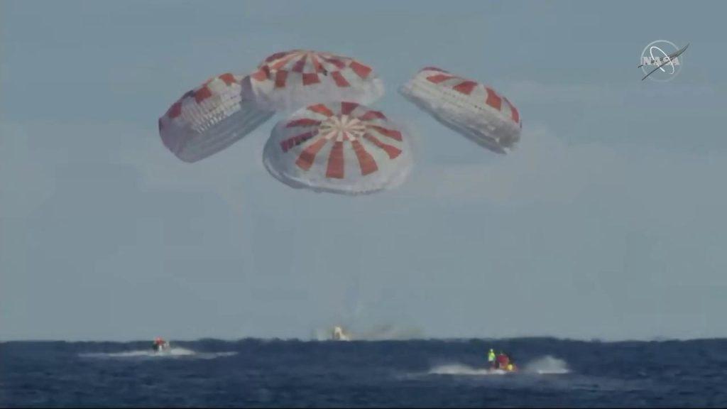 Vesmírná loď Crew Dragon po své první misi k ISS úspěšně přistála v oceánu, příští let už s posádkou