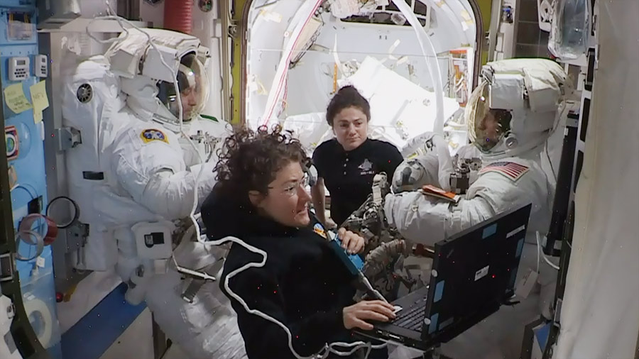 Astronauts assist spacewalkers