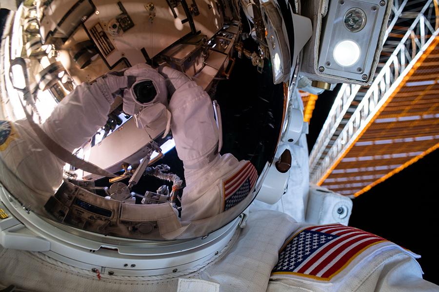 """A NASA astronaut Bob Behnken's""""space-selfie"""""""