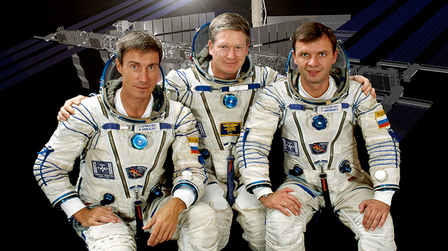 Expedition One Commander William Shepherd of NASA (center) is flanked by Roscosmos Flight Engineers Yuri Gidzenko (right) and Sergei K. Krikalev.