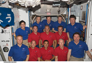ISS020-E-038322 -- STS-128 and Expedition 20 crew members
